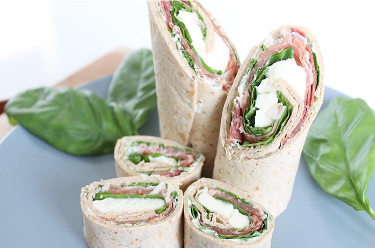 Wraps met parmaham, mozzarella en basilicum