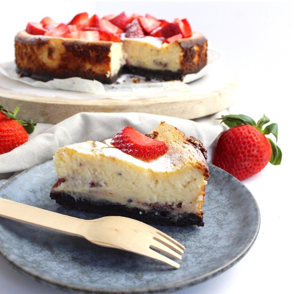 Witte chocolade cheesecake met aardbeien en oreo