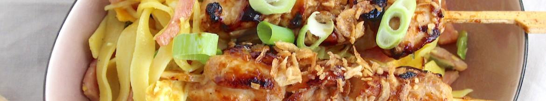 Bami goreng van de Chinees met yakitori