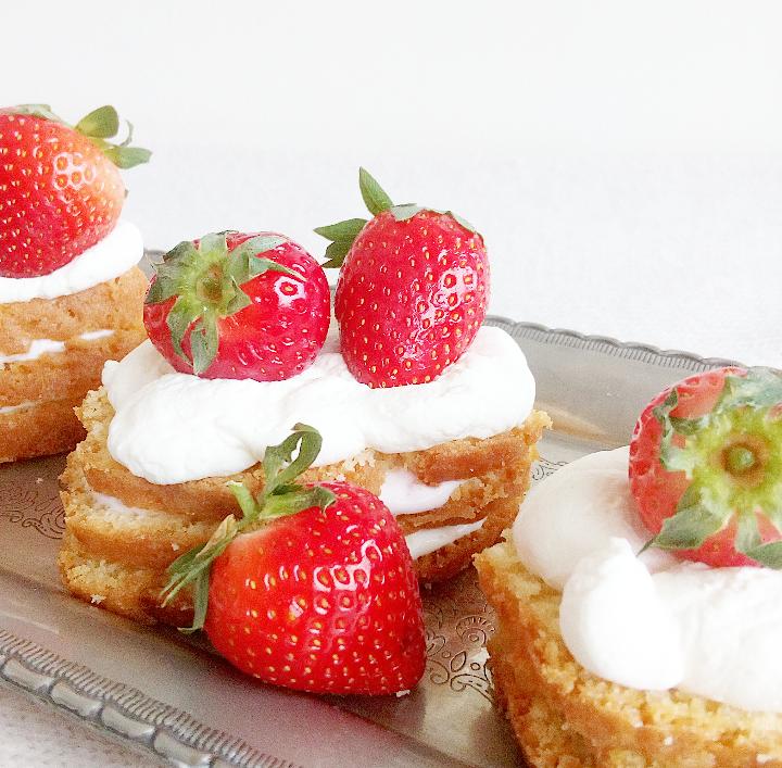 cake gebakjes met Griekse yoghurt en aardbeien