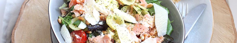 Pastasalade met gestoomde zalm en pesto