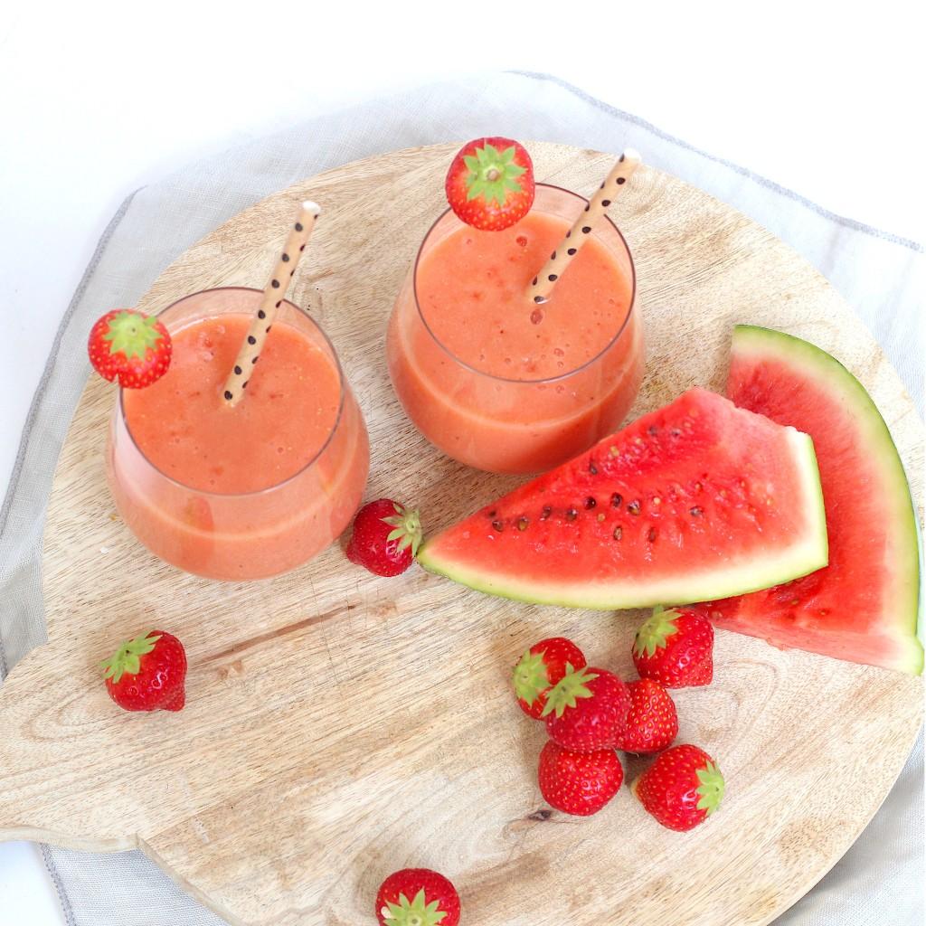 Zomerse smoothie van watermeloen en aardbei