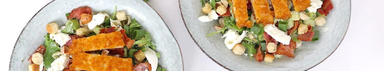 Caesar salade met pasta en krokante kip